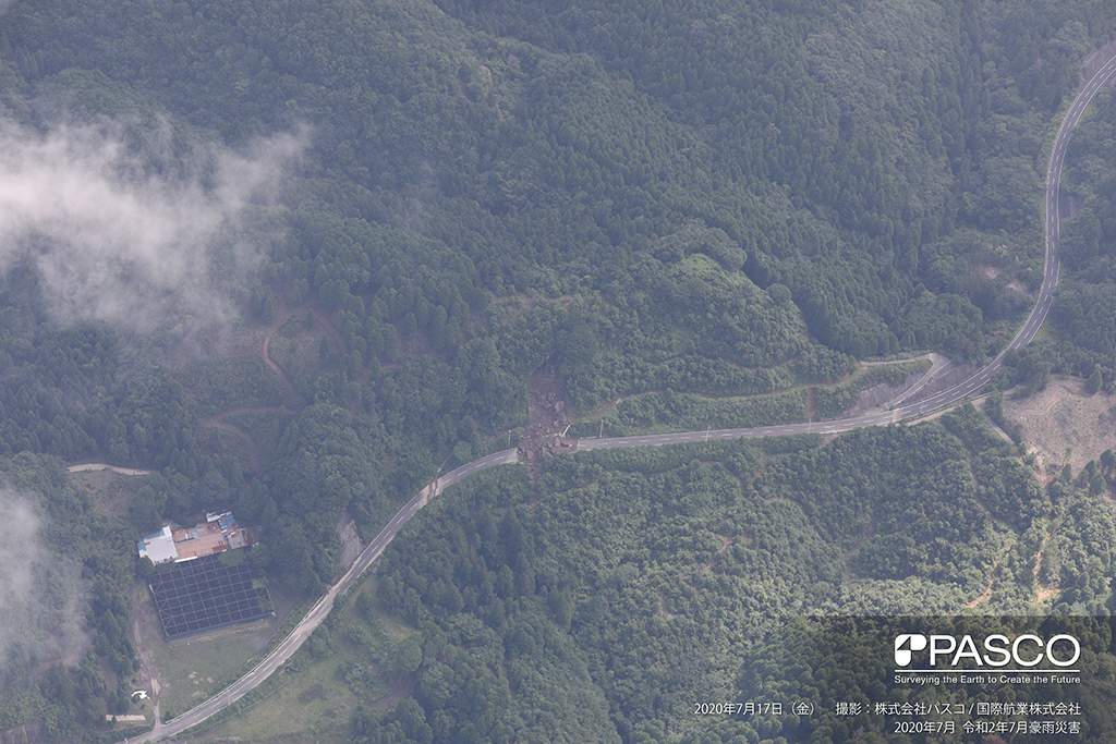 大分県中津市耶馬溪町大字深耶馬付近:道路沿いの斜面が崩壊し、土砂および巨礫が道路を寸断している。