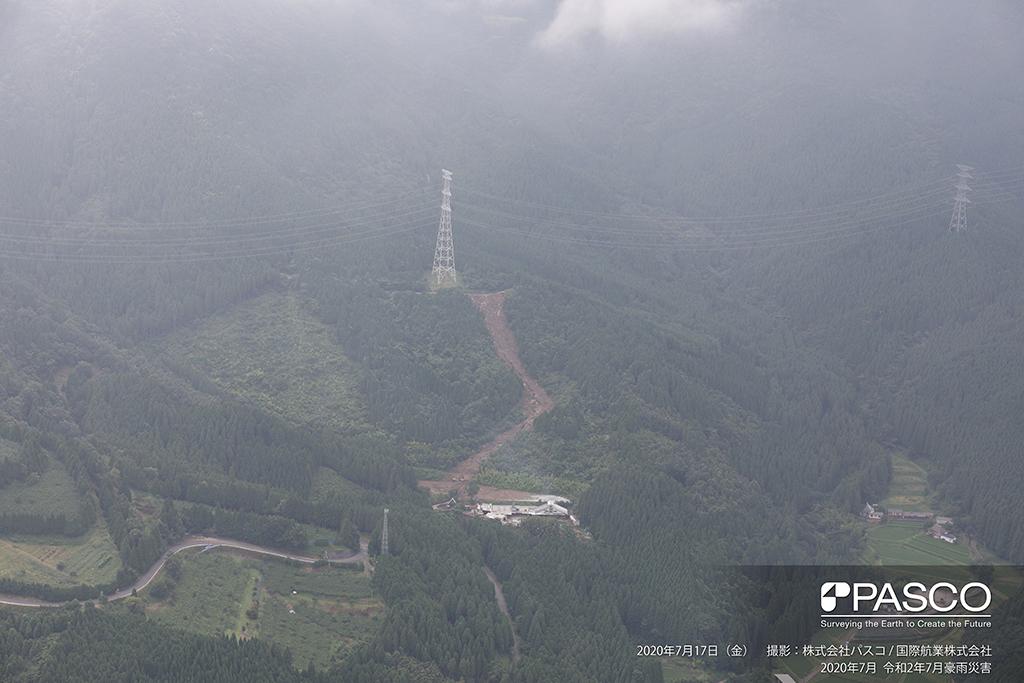 大分県玖珠郡九重町大字松木付近:道路下の斜面が崩壊し、土砂が下流の保全対象付近まで流出している。
