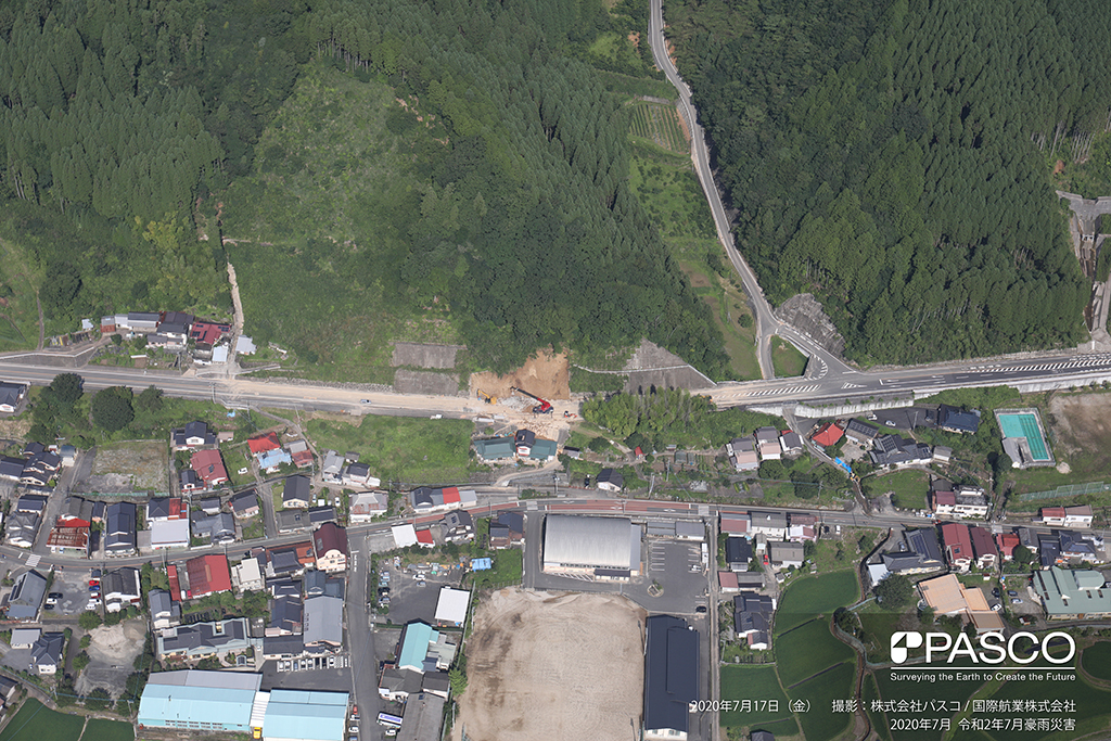 大分県玖珠郡九重町大字町田付近:国道387号線で発生した斜面崩壊。土砂が国道を塞ぎ、除去作業が行われている。