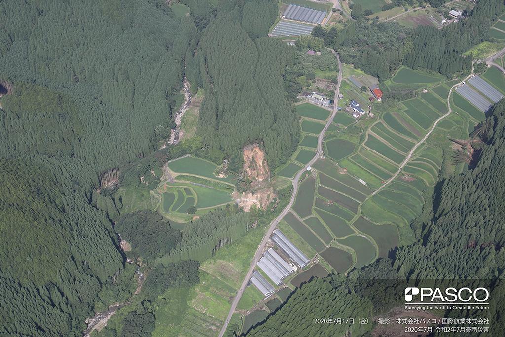 大分県玖珠郡九重町大字引治付近:道路下の斜面が崩壊し、崩壊土砂が水田に堆積している。