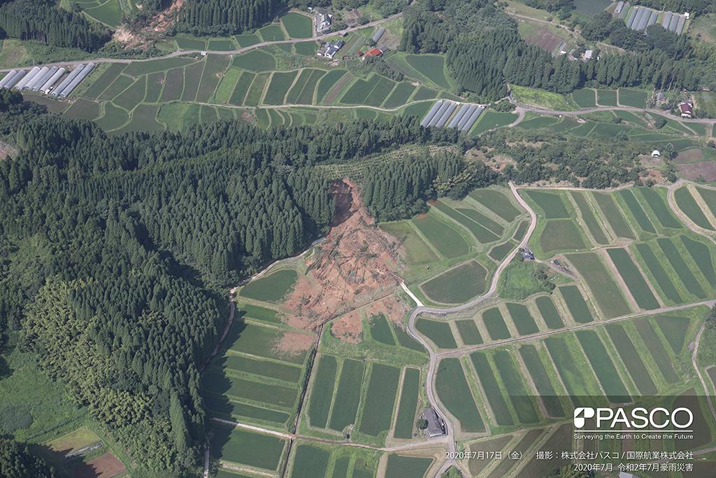 大分県玖珠郡九重町大字引治付近:斜面が崩壊し、土砂および倒木が水田に堆積している。