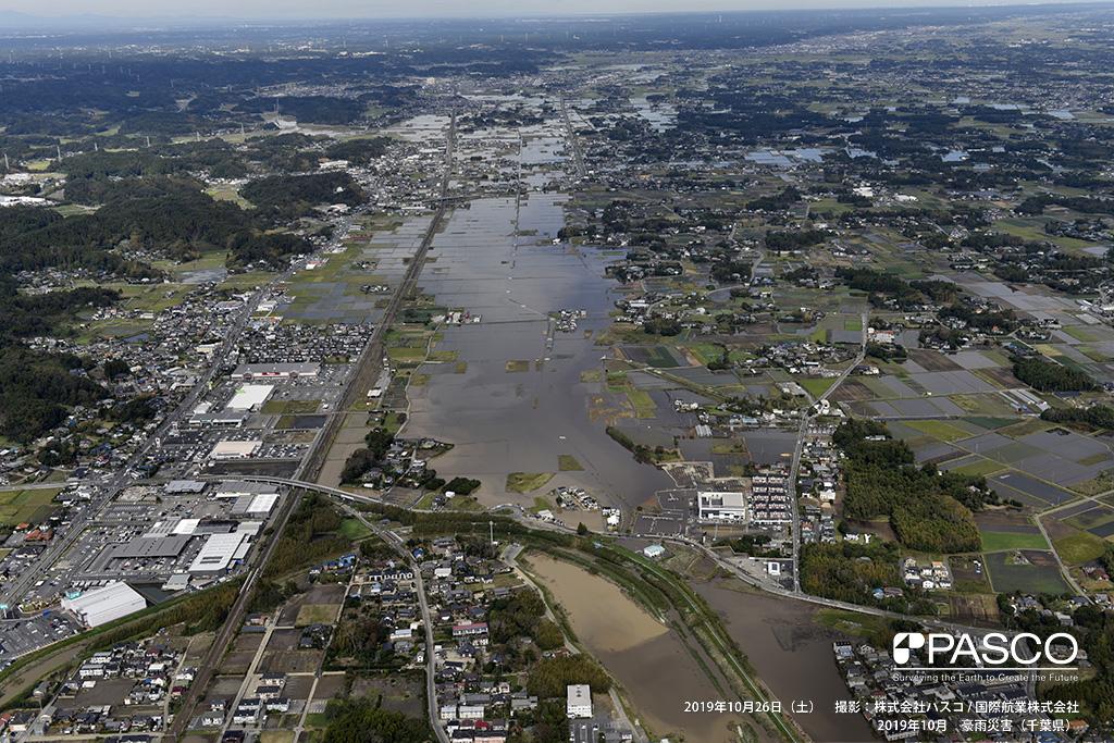 JR外房線新茂原駅より北方の浸水状況: 外房線沿いの宅地、水田が広範囲に浸水している。