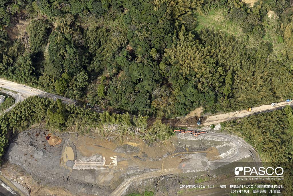 長柄町山根付近: 茂原街道沿いで発生した斜面崩壊。土砂が県道を塞ぎ、除去作業が行われている。