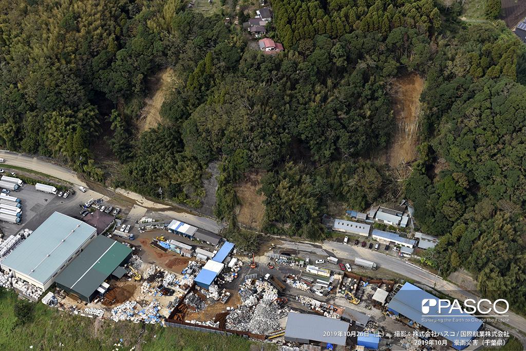 長柄町山根付近: 茂原街道沿いで発生した斜面崩壊。土砂と倒木が県道を塞ぎ、一部が県道を超えて作業場に達している。