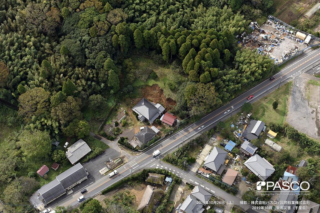 長柄町六地蔵付近: 人家裏の斜面が崩壊し、土砂が流入している。