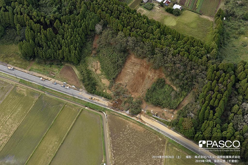 市原市金剛地付近: 県道132号沿いの斜面が崩壊し、土砂が流入。除去作業が行われている。