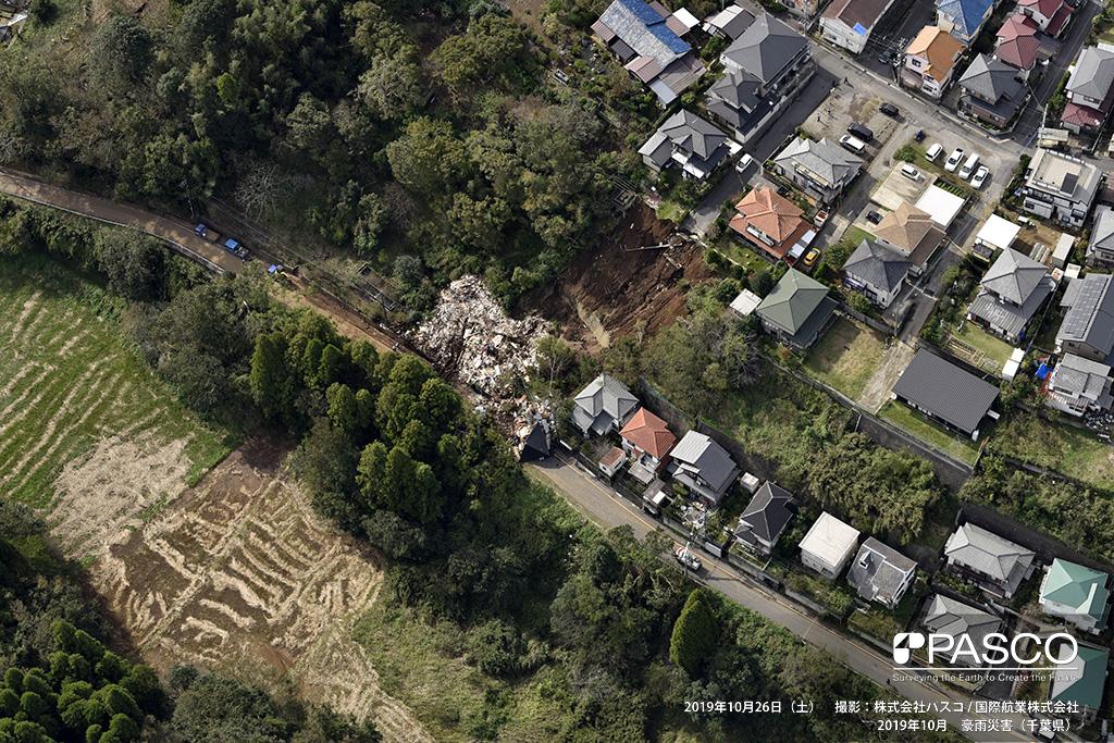 千葉市緑区での斜面崩壊: 崩壊土砂によって民家2軒が倒壊している。