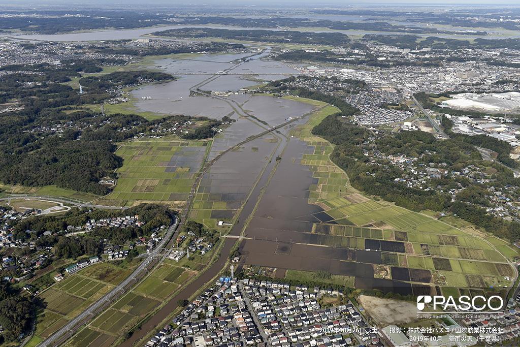四街道市四街道インターチェンジ付近での氾濫状況: 鹿島川が氾濫し、河川沿いの水田が7km以上にわたって冠水している。