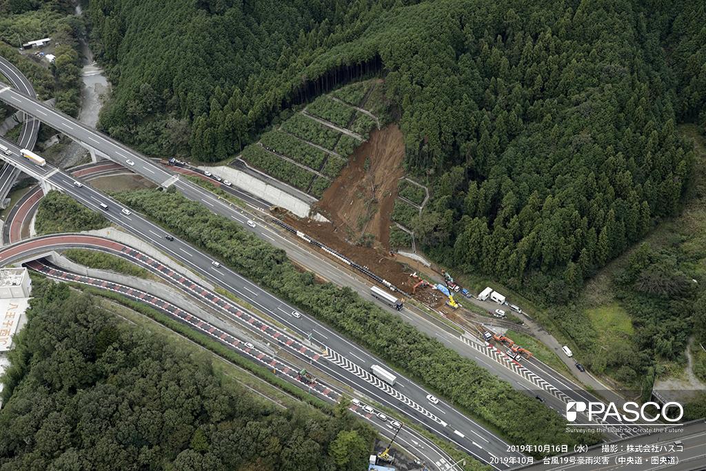 中央道・圏央道: 圏央道 八王子西I.C.付近の道路被災箇所。 道路上部の切土斜面が崩壊し道路を寸断している。