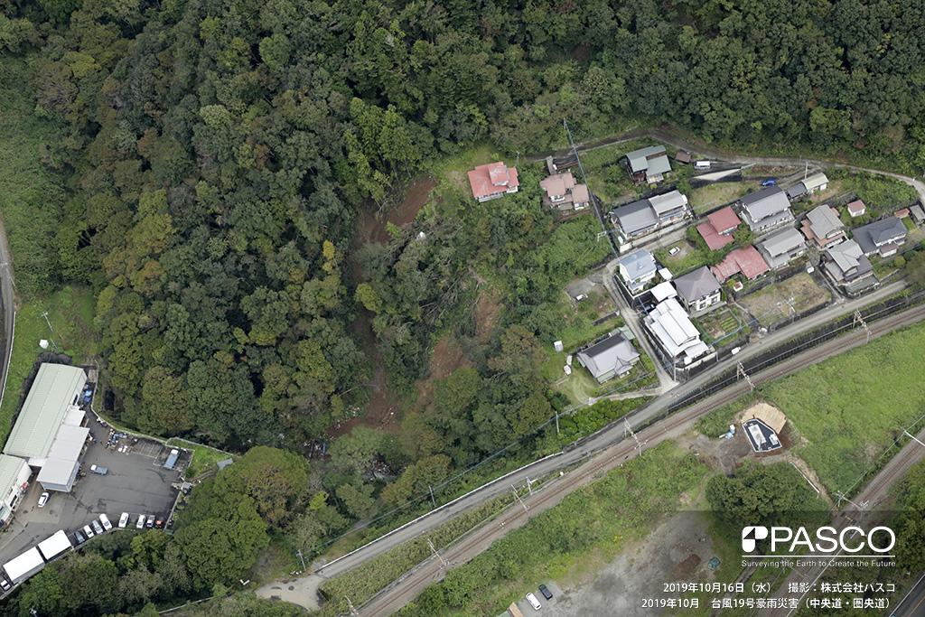 中央道・圏央道: 山梨県大月市梁川町 梁川駅付近の状況。 沢沿いの斜面が崩壊し、斜面上部にある人家に迫る。