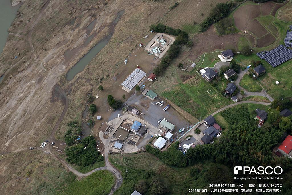 茨城県芳賀郡茂木町 那珂川左岸溢水箇所(左岸下流側から上流側を望む): 那珂川左岸にて溢水した跡の状況