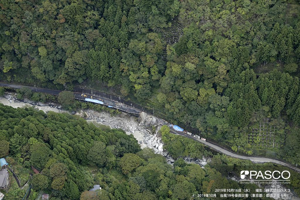 東京都 都道204号: 日原小菅の集落の直下流側の道路被災箇所。 日原川の影響と思われる洗堀で道路下斜面が崩壊・流出し道路寸断している。